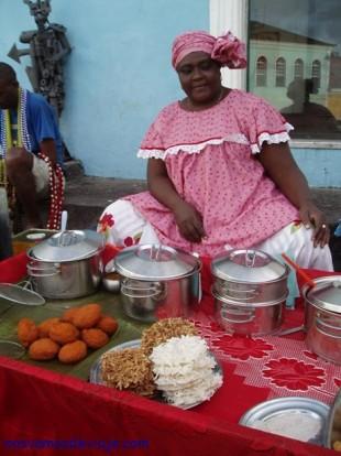 Bahiana tipica vendiendo comida en la calle